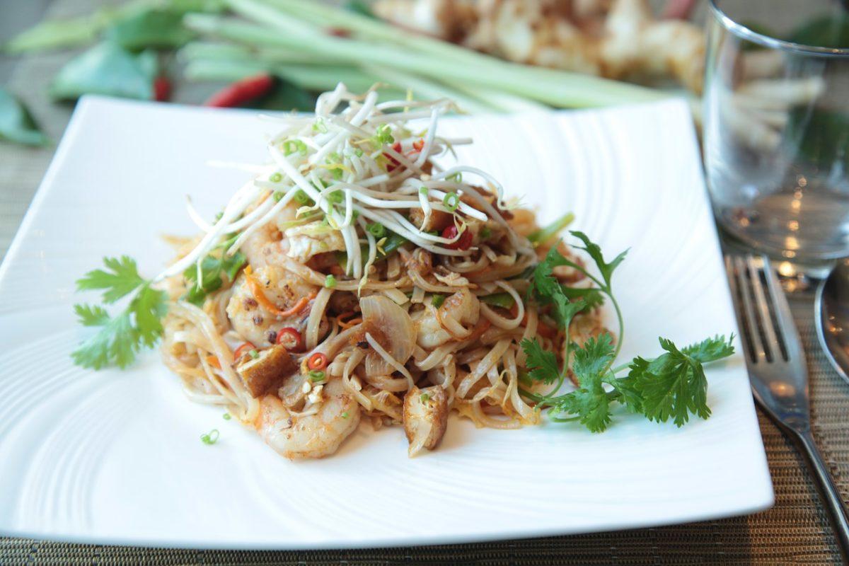 Pad Thai, tradicionalno tajlandsko jelo koje se najčešće prodaje kao ulična hrana. Jeftina je i ukusna, a dostupna je svima