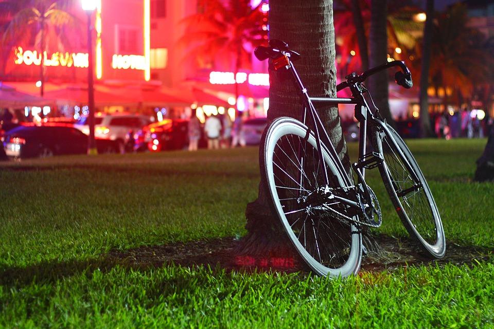 Iako u skorije vreme ne planira zabranu automobila, Njujork povećava broj pešačkih zona, zajedno sa trasama za bicikl