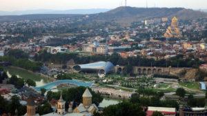 Nakaradna panorama Tbilisija: Predsednička palata, koncertna dvora,a zgrada javne uprave, most koji svetli i žičara, foto: Uroš Nedeljković