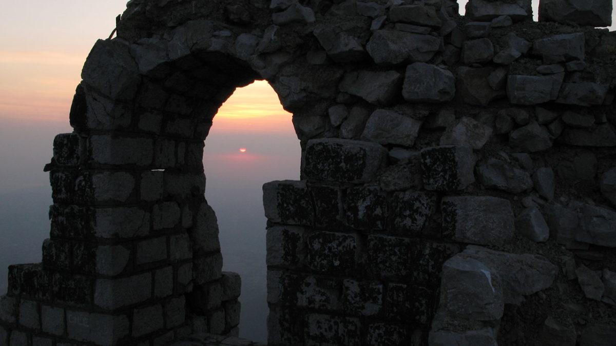 Planinu Rtanj karakteriše i to što privlači mnoge mistike i opskurne zanesenjake u nadi da će na njoj naći nešto što ne pripada ovom svetu