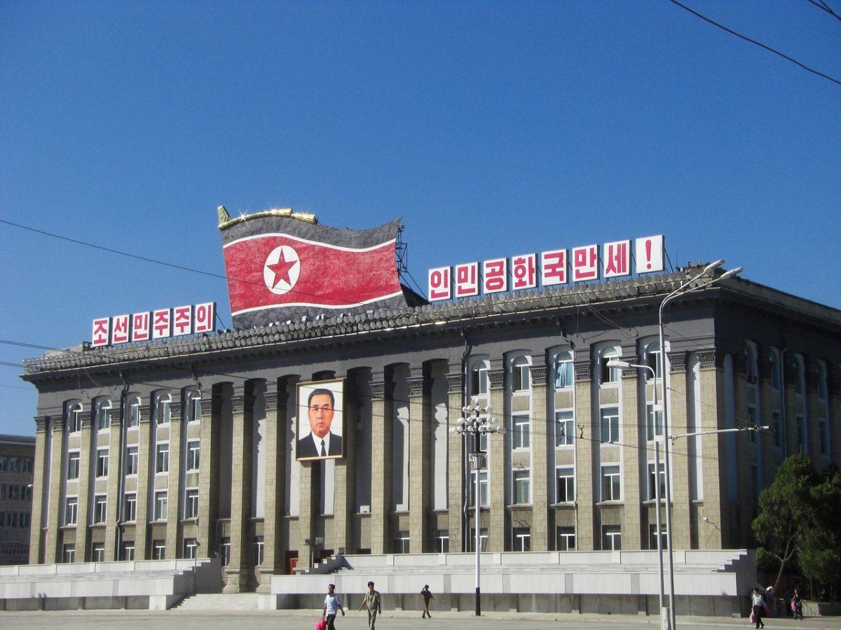 Uz pomoć vodiča putnik namernik će se lako snaći u Severnoj Koreji, ukoliko ne savija novine na kojima je lik nekog od zvaničnika