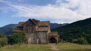 Manastir Aktala u oblasti Lori u Jermeniji poznat i kao Bakarna crkva ili Crkva rudnika bakra jer se u okolini vadila ruda bakra, a na samom ulazu u kompleks stoji bakarna zmija. Podignut je u 10. veku i oko njega su zidine, što znači da je bila utvrđena. Foto: Uroš Nedeljković