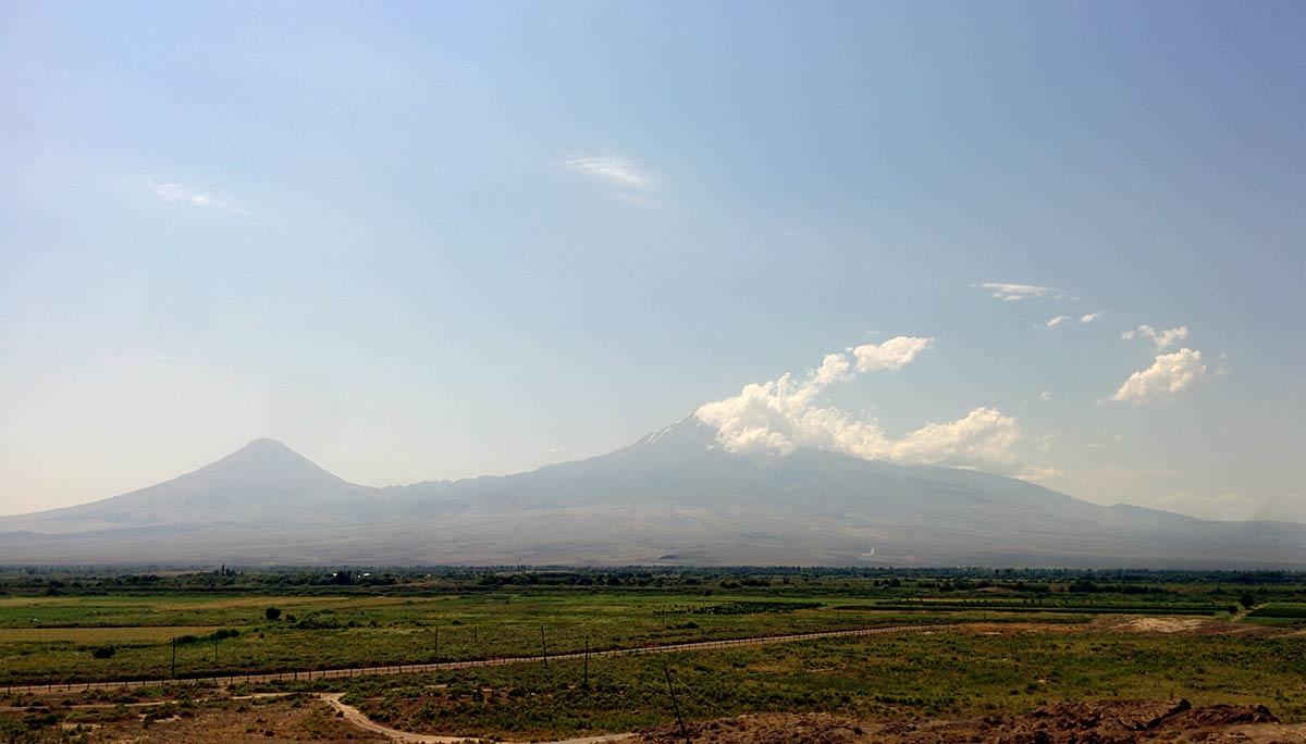 Pogled na planinu Ararat iz manastira Hor Virap. Planina je značajna za Jermene i smatraju je svetom planinom. Prema legeni na njoj se iskrcao Noje sa svojom barkom. Dole je granica sa Turskom koja je zatvorena za prelazak, a čuvaju je ruske trupe. Foto: Uroš Nedeljković
