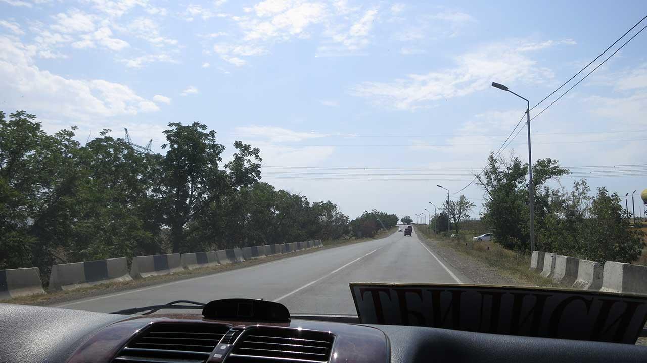 Iz maršutke za Jermeniju: S druge strane table piše Jerevan, a putevi nisu toliko loši koliko u Jermeniji. Međutim, vozi se ludo, Foto: Uroš Nedeljković