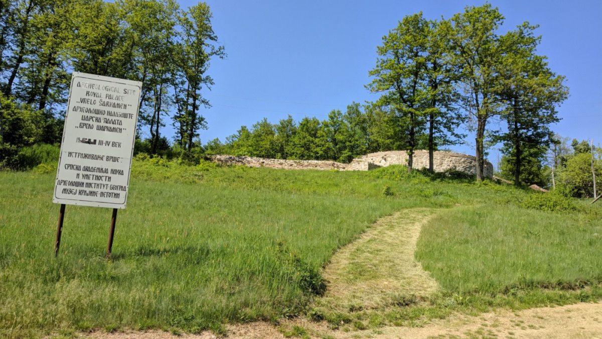 Ovim putem na brdašce ispod koga se nalazi carska palata