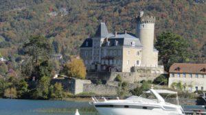 Zamak u mestu Duingt bio je inspiracija i Polu Sezanu koji ga je naslikao 1896. godine