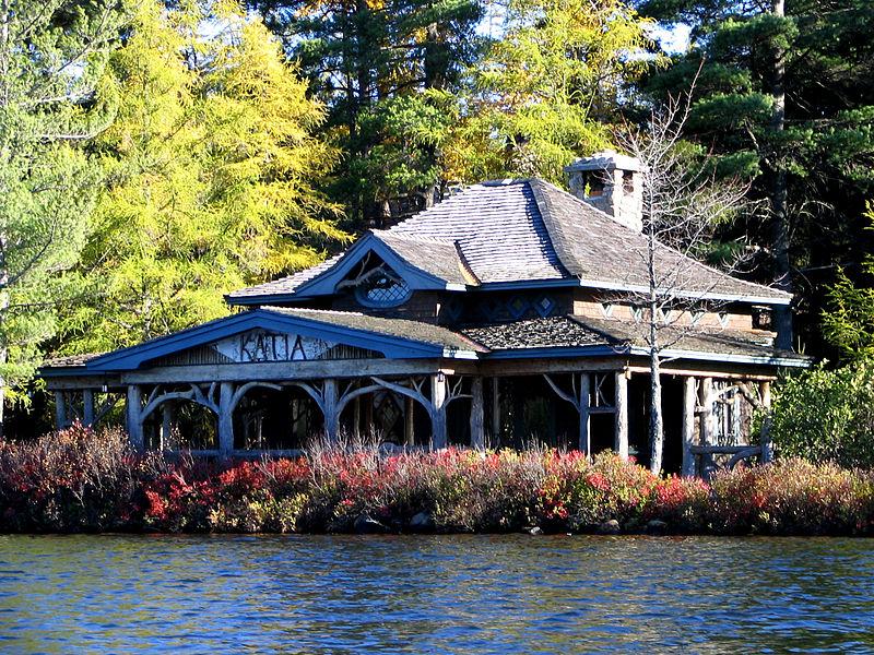 Kapovanje koje to nije - Jedan od 200 letnjikovaca na obali jezera Edirondeka, namenjenih bogatašima koji uživaju u provođenju vremena u divljini, Autor: Mwanner / Wikipedia