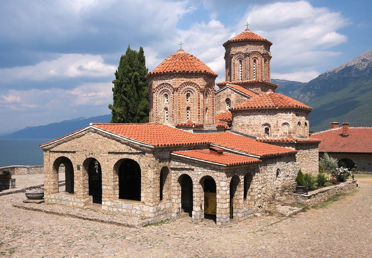 U manastirskoj crkvi Svetog Nauma nalaze se mošti Svetog Nauma, učenika solunske braće svetih Ćirila i Metodija. Sveti Naum Ohridski je zajedno sa Svetim Klimentom Ohridskim širio hrišćanstvo na prostorima južnog Balkana, ponajviše oko Ohridskog jezera