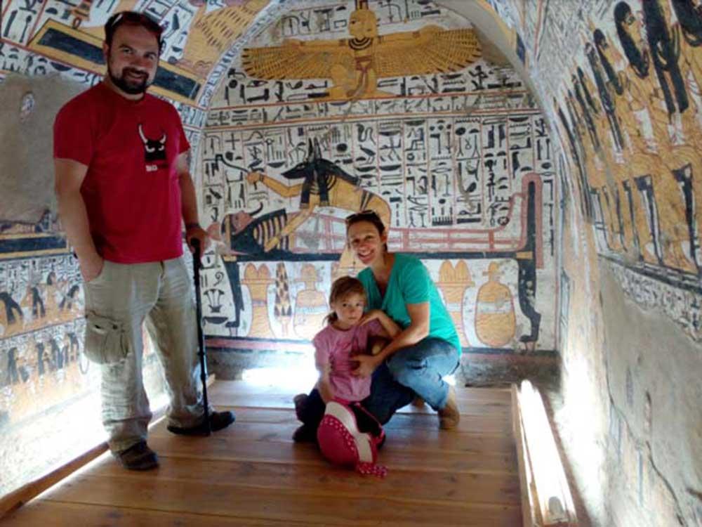 Preskočili smo gužvu kod Tutankamonove grobnice i umesto toga otišli u Dolinu Zanatlija (Valley of the Artisans) gde smo mogli da istražujemo unutar grobnica bez gužve i turista, kaže Dajen za Daljine.rs