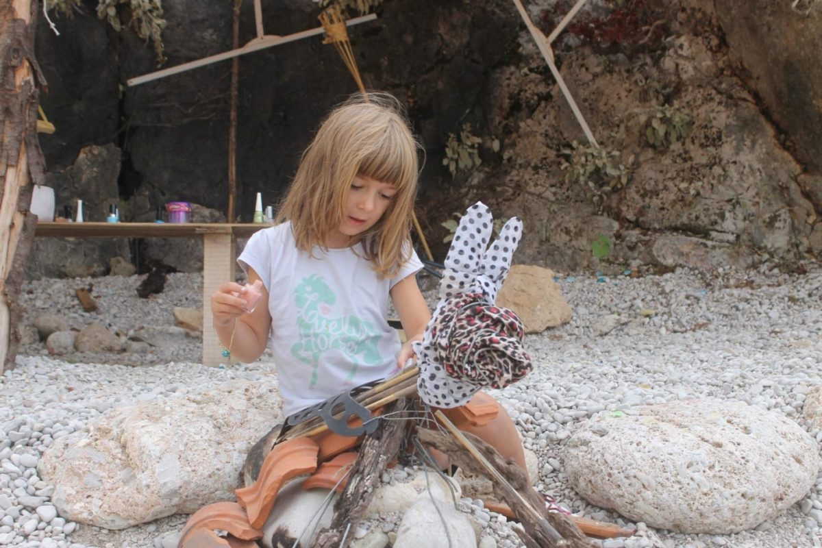 Dajen i njen suprug su za ćerku napravili zeca od gomile stvari koje su našli na plaži gde su kampovali. Ovakve igračke, kao i proces njihove izrade, će vašem detetu biti dugoročnije i zanimljivije iskustvo od igranja kupljenim igračkama koje ste poneli od kuće
