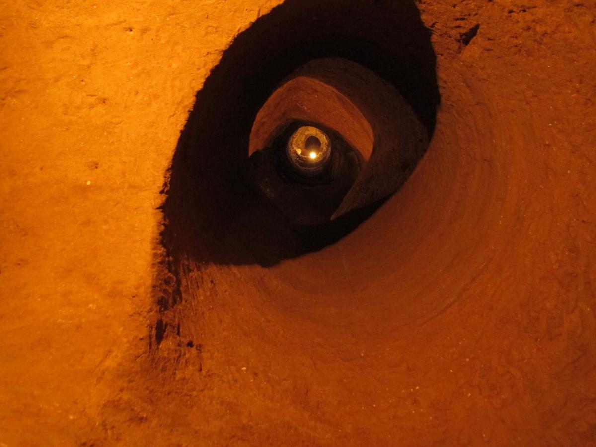 Otvor koji je Levon iskopao kako bi mogao da izvlači kofe s peskom i zemljom