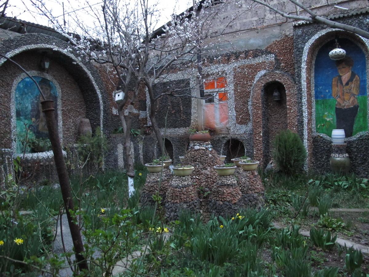 Sređeno dvorište sa oslikanim Levonom i Tosjom