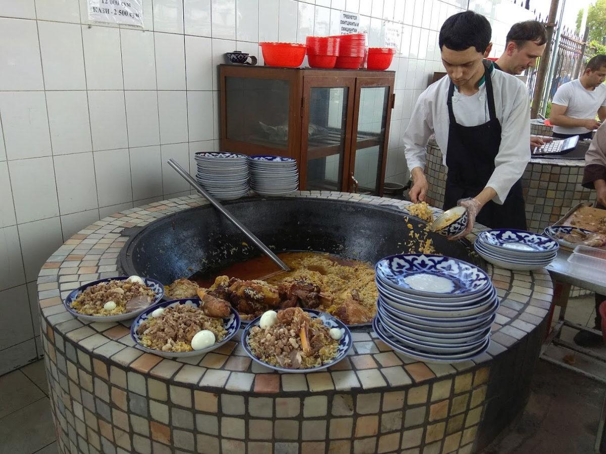 Plov je uzbekistansko jelo- pirinač s ovčetinom, šargarepom leblebijama, kuvanim jajetom i začinima