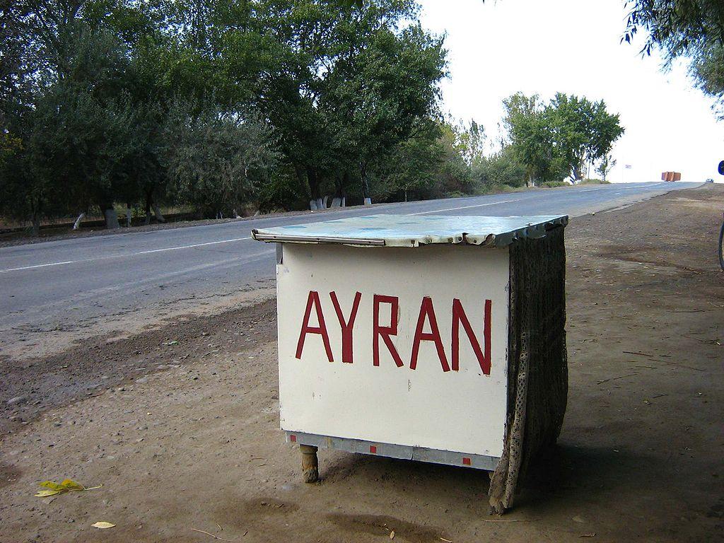 U mnogim državama možete popiti i ajran pored puta, ova fotografija je iz Azarbejdžana, foto: Ds02006 / Wikimedia