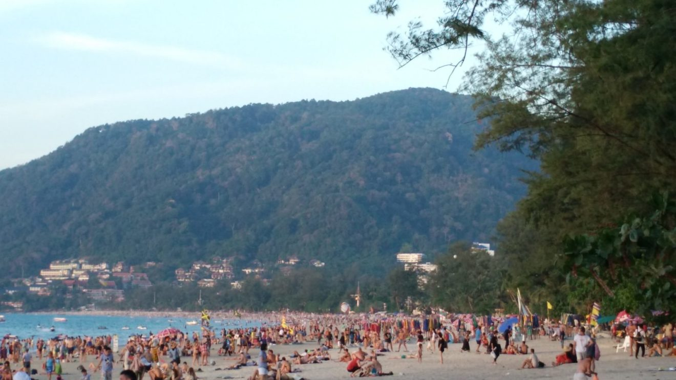 Patong na Puketu u Tajlandu je besmisleno mesto iz više razloga, a Miloš Petrović navodi da, bored bluda i razvrata, masovni turizam ubija želju da se tamo bude. Foto: Miloš Petrović