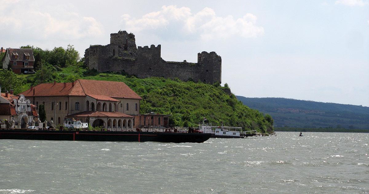 Pre obnove ramska tvrđava je ovako izgledala sa Dunava, ali nemamo noviju fotografiju tako da šta je tu je. Foto: Uroš Nedeljković