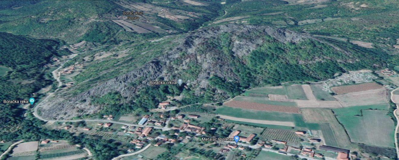 Selo Borač ispod Boračkog krša na kome je nekada stajao Borački grad, veoma bitmo utvrđenje srednjovekovne Srbije. Danas se na njemu vide samo ostaci drevnog grada, a ovako to vidi Google Earth, foto: Google