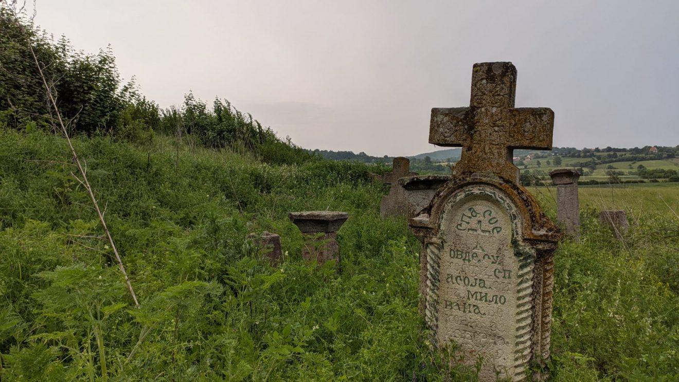 Spasojev grob čiji je spomenik nekada bio obojen, a ostaci boje se i danas vide, foto: Uroš Nedeljković