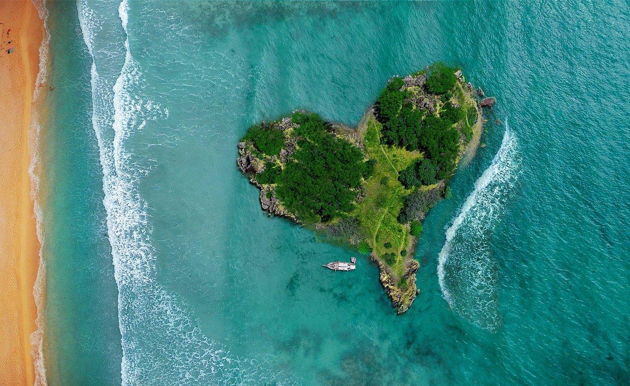 Ovo lepo ostrvo u obliku srca je divno u svakom pogledu, osim ako se ne skršite na stene i slomite nogu, a tada će vam biti potrebno putno osiguranje
