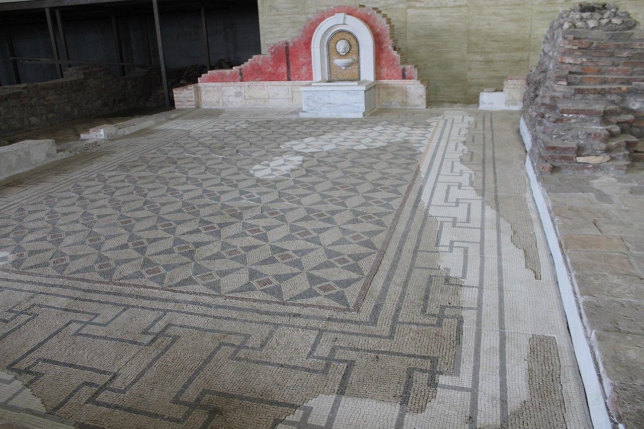 Do sada je otkriveno 350 m2 mozaika u Carskoj palati u Sremskoj Mitrovici, foto: Vanilica / Wikimedia