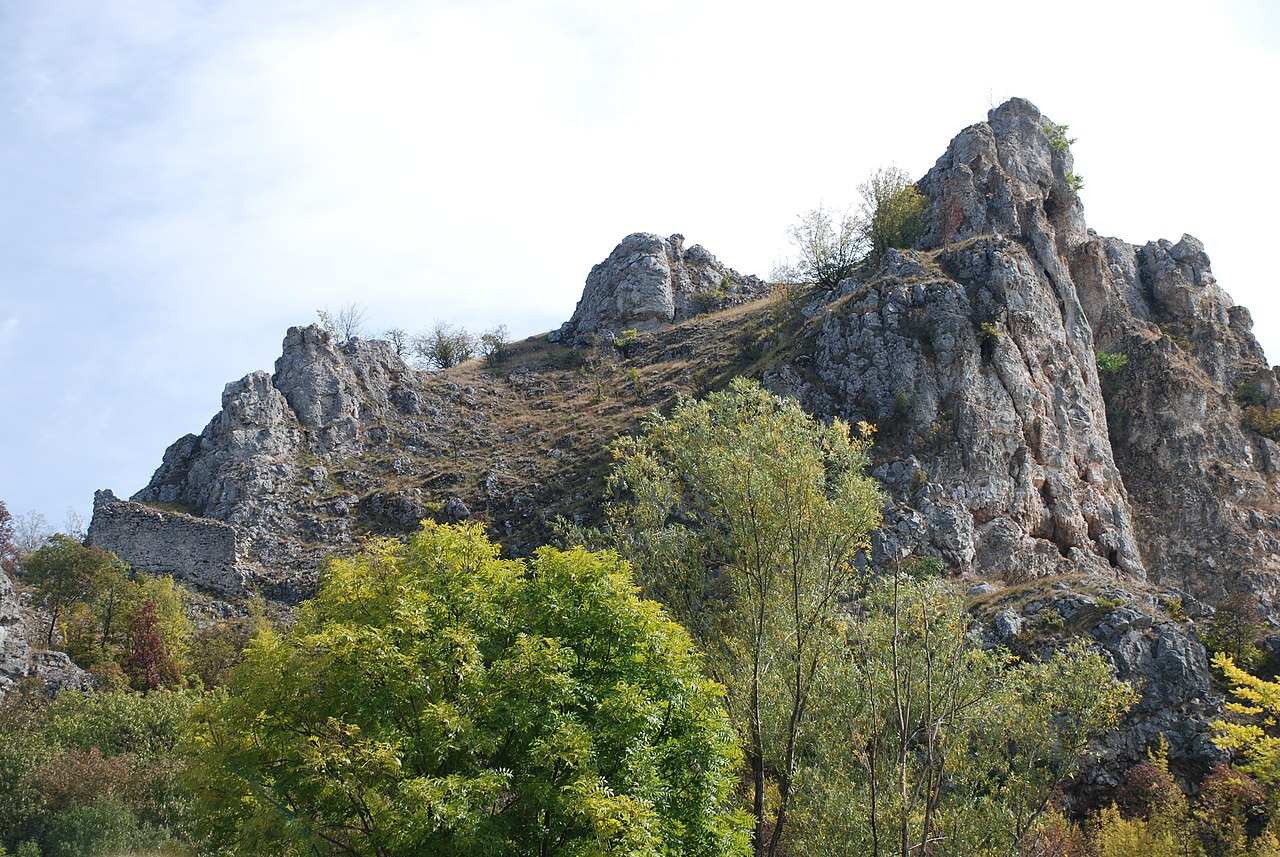 Utvrđene Vrmdža iznad sela, foto: saskafoto / Wikimedia