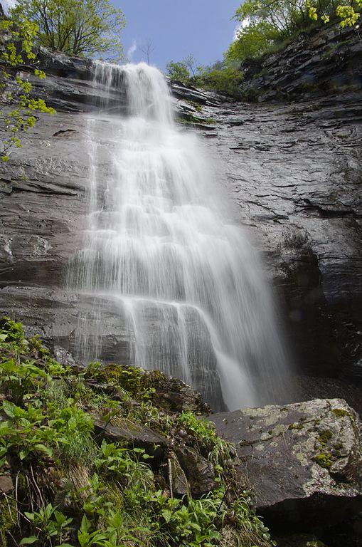 Čunguljski skok (Čungulj, Čunguljski vodopad) je vodopad na Staroj planini, nedaleko od sela Topli Do. Nalazi se na nadmorskoj visini od oko 1.400 metara na Toplodolskoj reci i visok je 40 metara, Foto: Mixapirgossi / Wikimedia