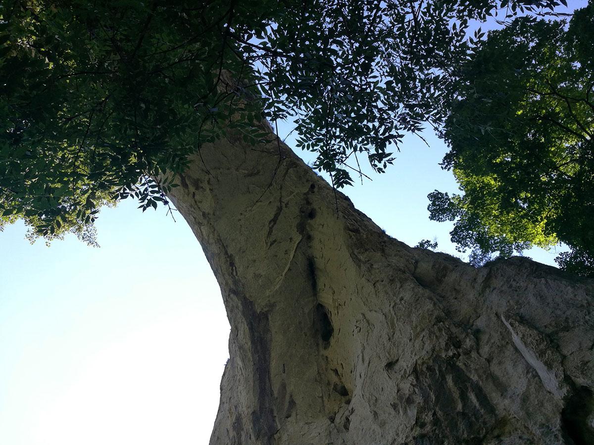 Ima neka legenda šta se dešava ukoliko se pređe ispod prerasti, u ovom slučaju Male prerasti Vratne, ali nam nije najjasnija. Foto: Maja Delić