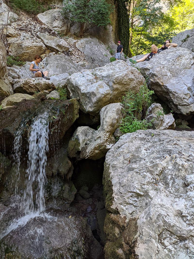 Reka Vratna, kada je leto i kada nema vode, može se uživati na njenom suvom kamenju dok malo nje protiče ispod vas. Foto: Uroš Nedeljković